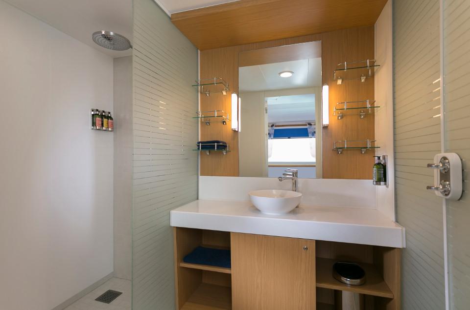 Comfy bathroom aboard Santa Cruz II Cruise.